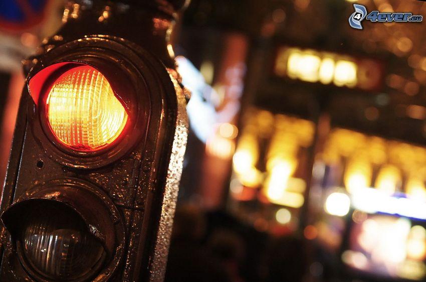 semafor, miasto nocą