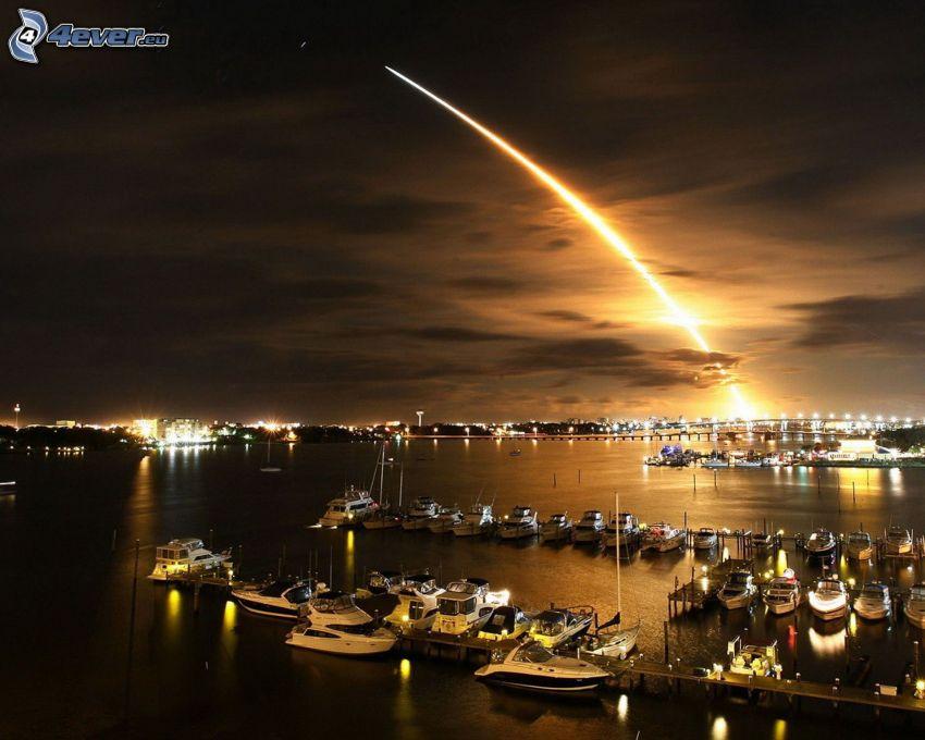 start rakiety, przystań dla jachtów, noc, poświata