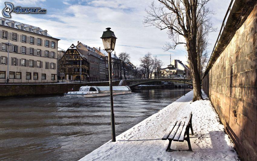 Strasburg, rzeka, zaśnieżona ławeczka, lampa uliczna