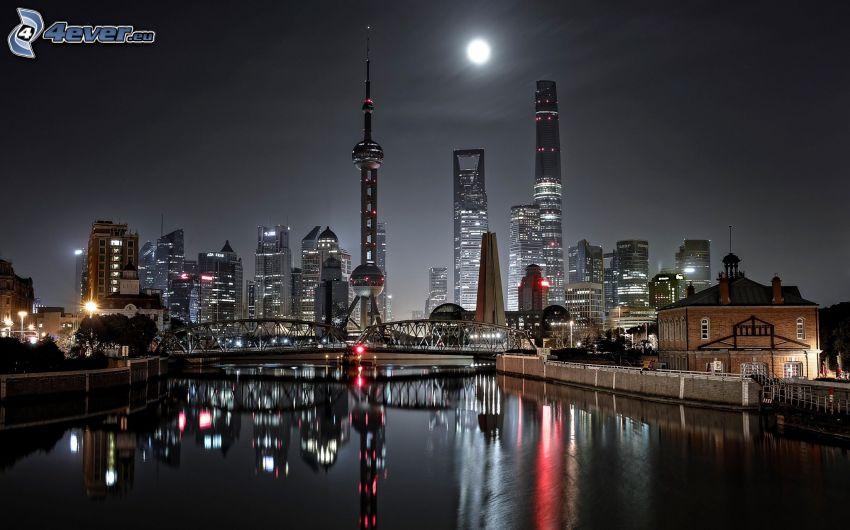 Szanghaj, miasto nocą, księżyc