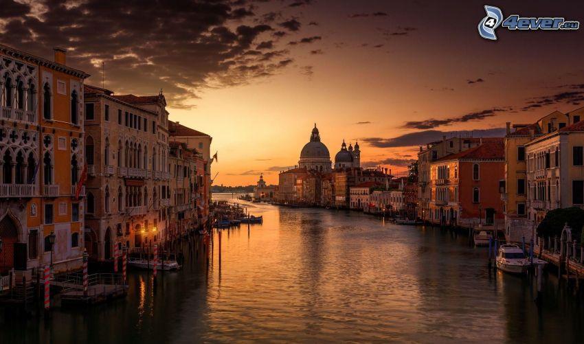 Wenecja, miasto wieczorem