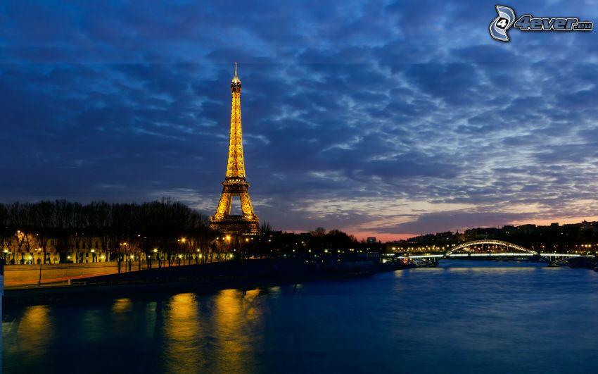 Wieża Eiffla, Seine, rzeka, miasto nocą, oświetlony most