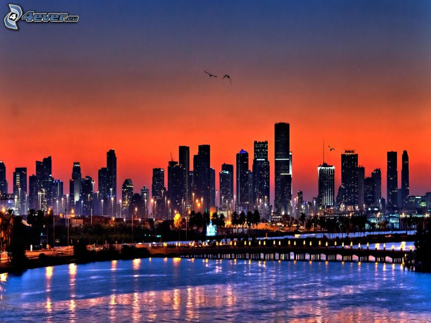 wieżowce, morze, miasto wieczorem