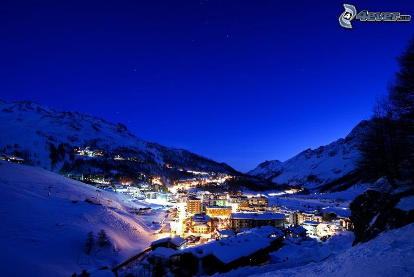 wioska, zaśnieżone góry, noc