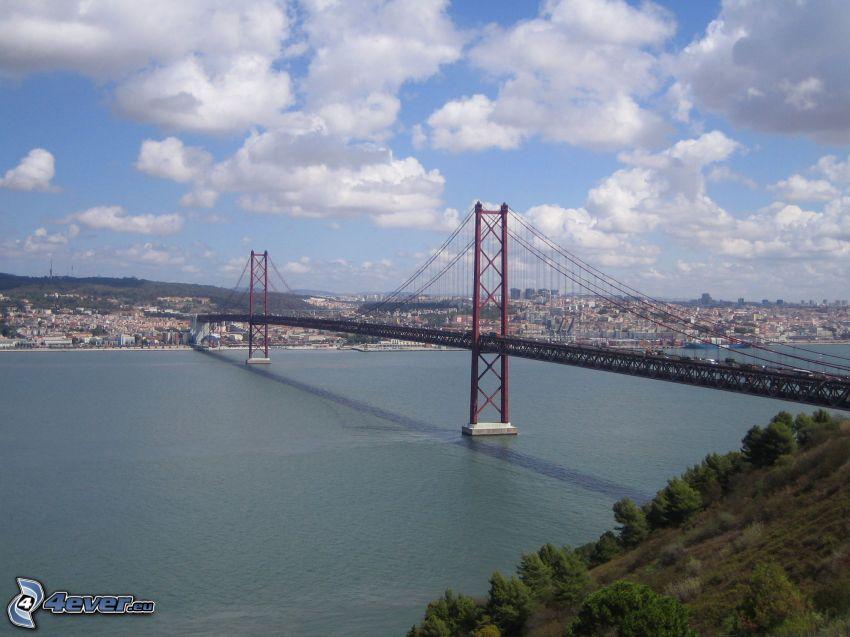 25 de Abril Bridge, Lizbona, chmury