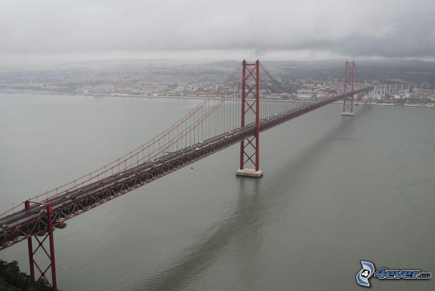 25 de Abril Bridge, Lizbona, mgła, ciemne chmury