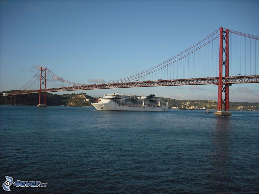 25 de Abril Bridge, luksusowy statek
