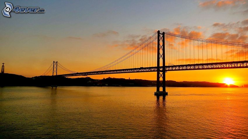 25 de Abril Bridge, zachód słońca w mieście, żółte niebo, Lizbona