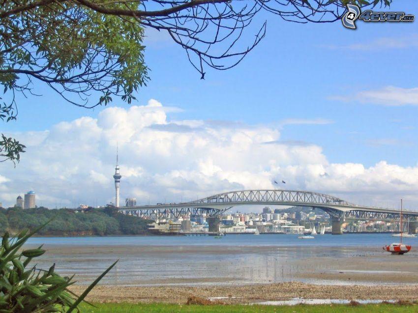 Auckland Harbour Bridge, chmury, plaża