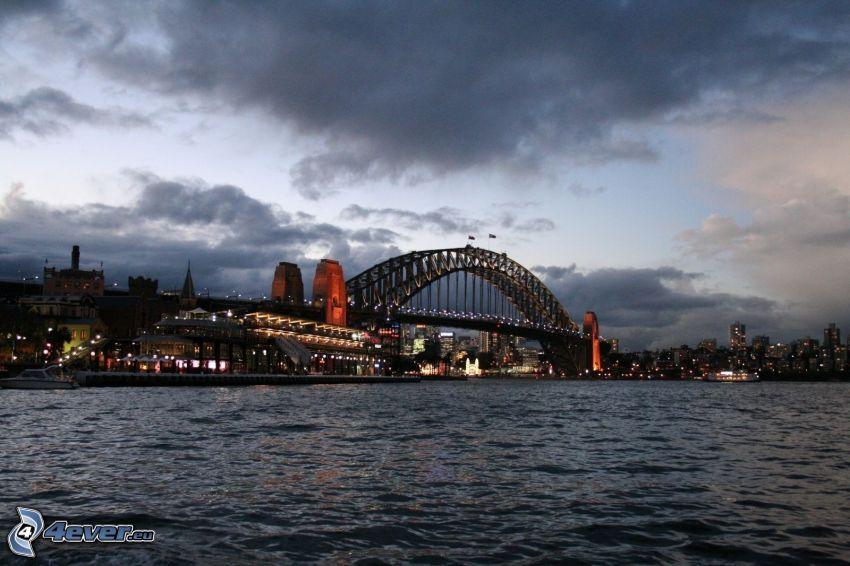 Auckland Harbour Bridge, miasto wieczorem