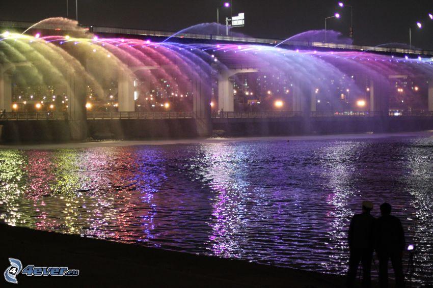 Banpo Bridge, oświetlony most, sylwetki ludzi