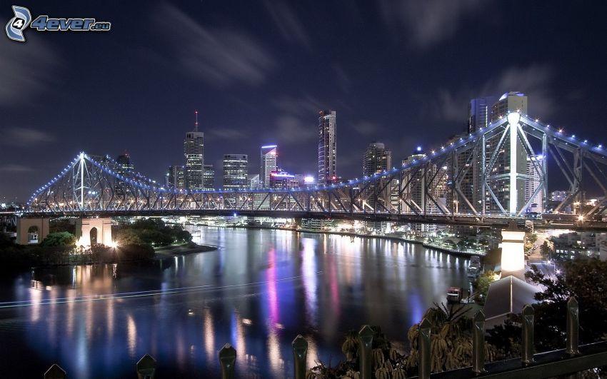 Brisbane, oświetlony most, miasto nocą