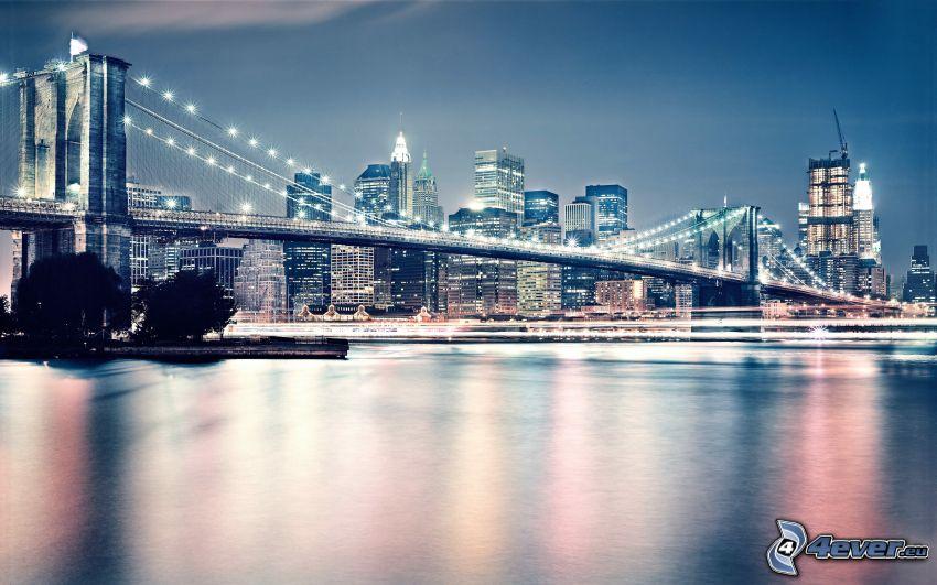 Brooklyn Bridge, oświetlony most, miasto nocą