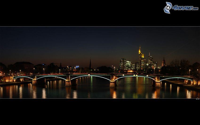 Frankfurt, oświetlony most, miasto nocą, wieżowce, panorama
