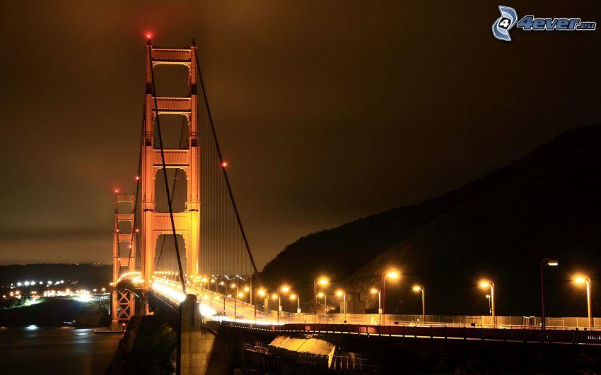 Golden Gate, oświetlony most, miasto nocą