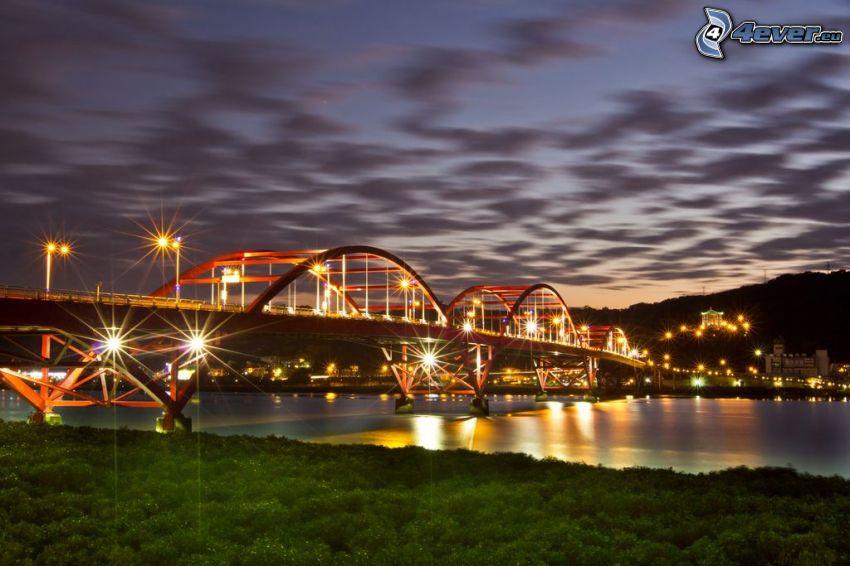 Guandu Bridge, oświetlony most, wieczór