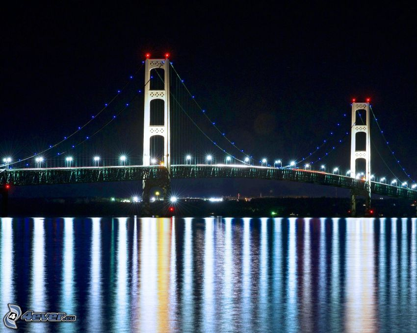 Mackinac Bridge, oświetlony most, noc, odbicie
