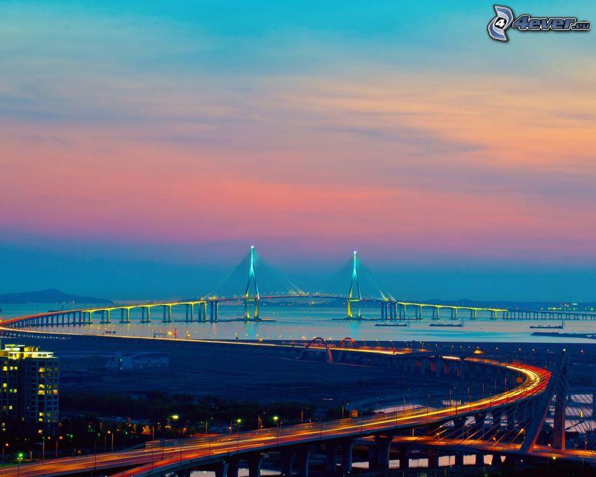 most na autostradzie, wieczór