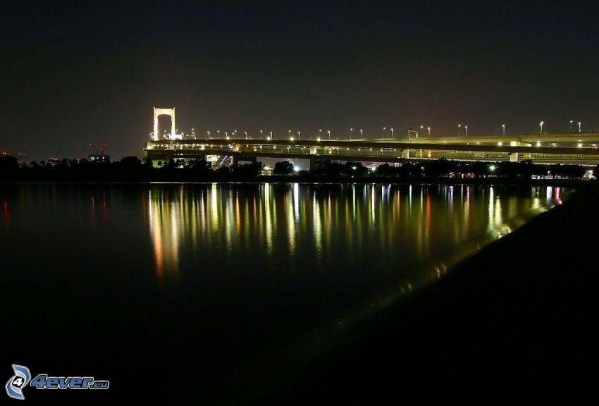 oświetlony most, rzeka