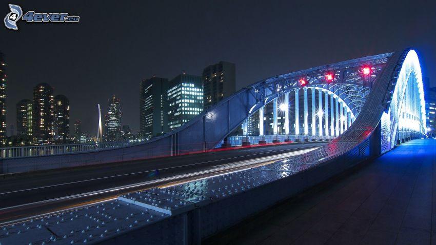 oświetlony most, wieczór