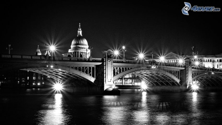 oświetlony most
