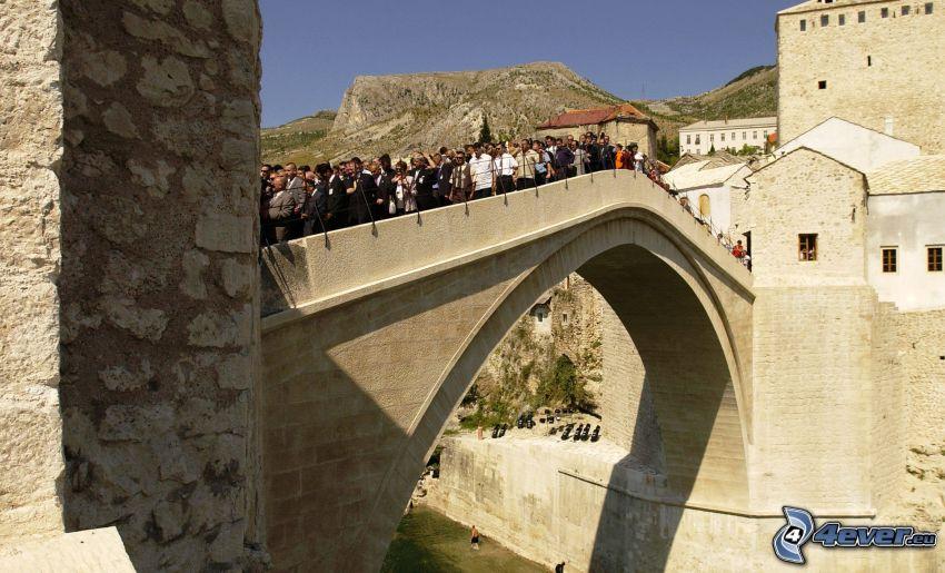 Stari Most, turyści, Neretva, Mostar