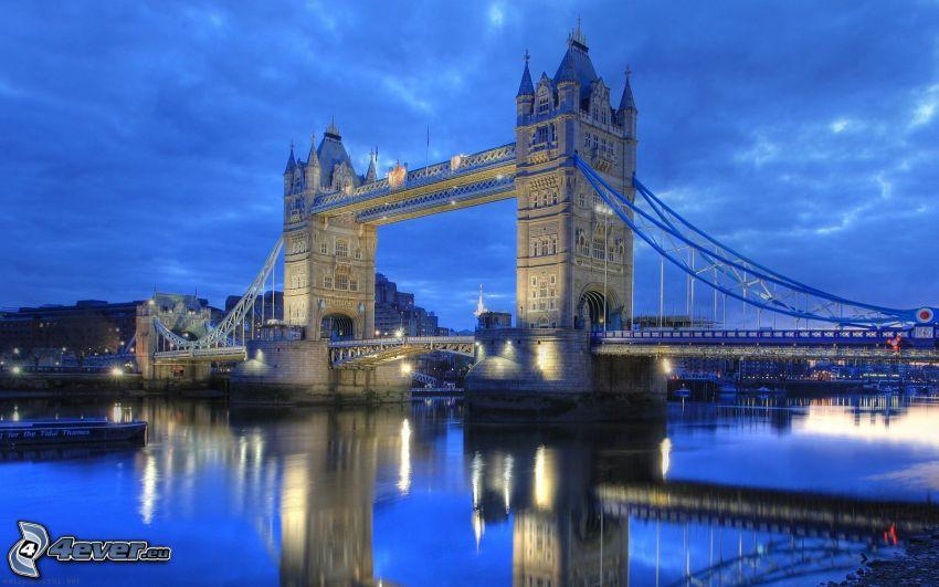 Tower Bridge, oświetlony most, Tamiza, odbicie
