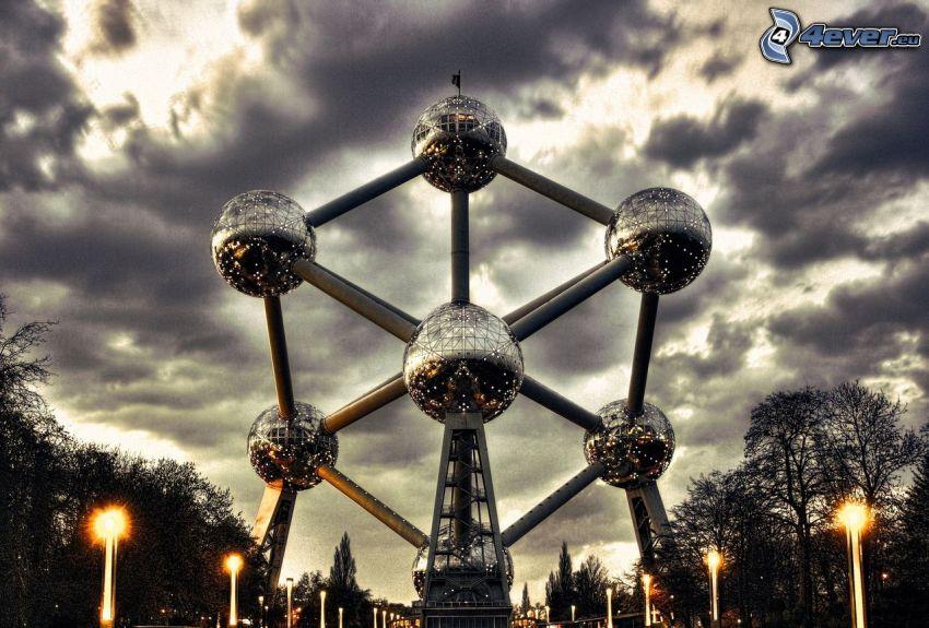 Atomium, Bruksela, ciemne chmury, uliczne oświetlenie