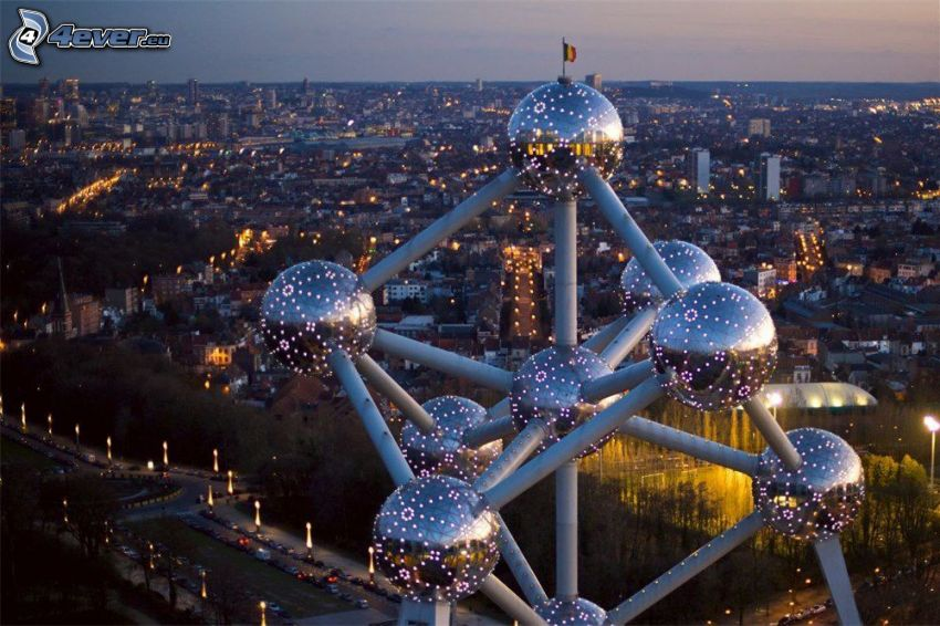 Atomium, Bruksela, miasto wieczorem