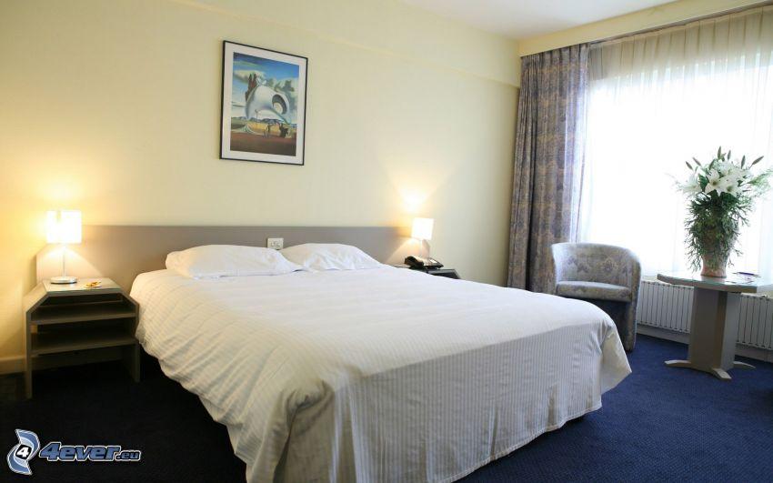 sypialnia, łóżko małżeńskie, obraz, nocna szafka, lampa, fotel, okno, kwiaty w wazonie