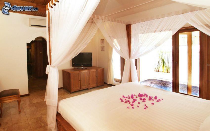sypialnia, łóżko małżeńskie, płatki, telewizor, baldachim