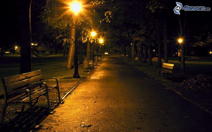 park nocą, uliczne oświetlenie, ławki