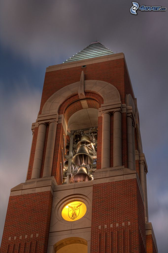 Shafer Tower, dzwonnica, ciemne chmury