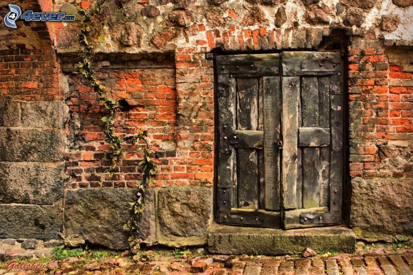 stare drzwi, ceglany mur