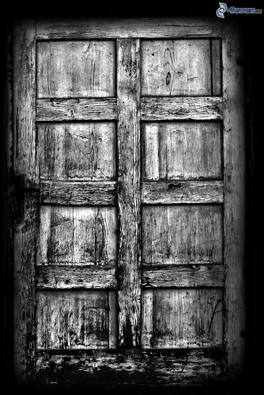 stare drzwi, czarno-białe zdjęcie