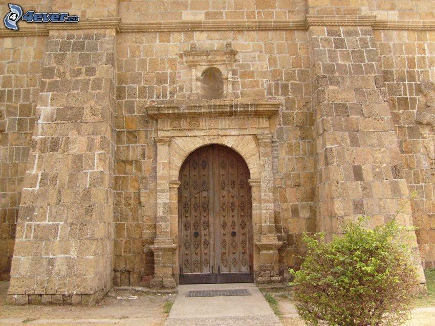 stare drzwi, ściana