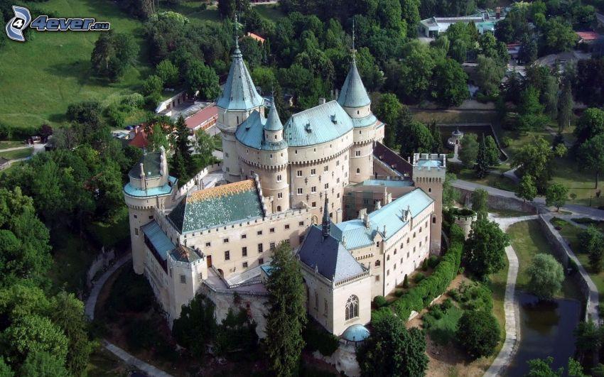 Zamek Bojnice, Słowacja, drzewa, widok z lotu ptaka