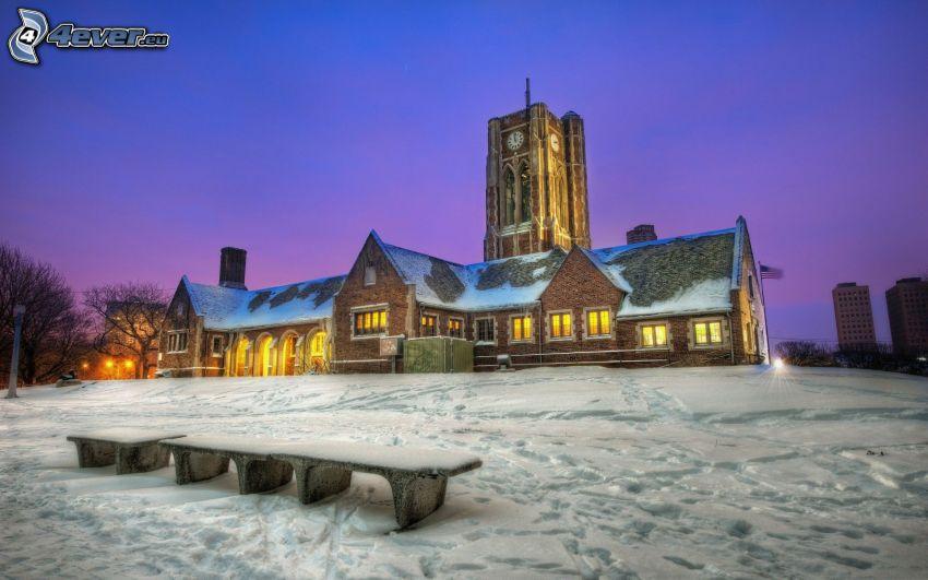 zaśnieżony kościół, wieża, zaśnieżona ławeczka, ślady w śniegu