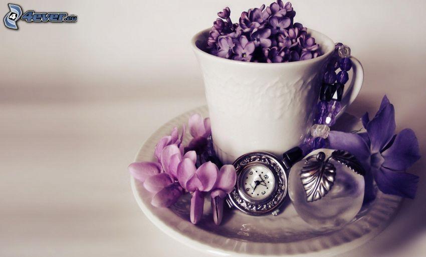 kubek, bez, zabytkowy zegarek, fioletowe kwiaty