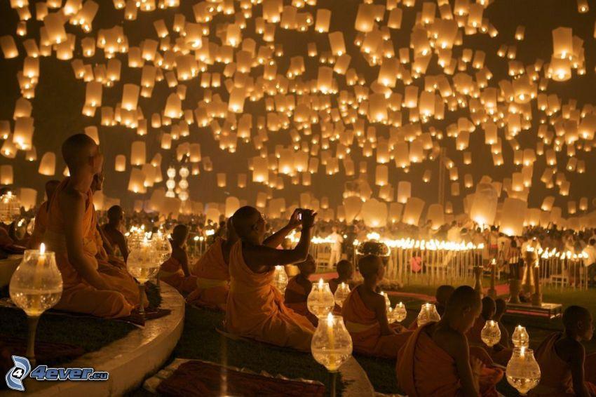lampiony szczęścia, mnisi