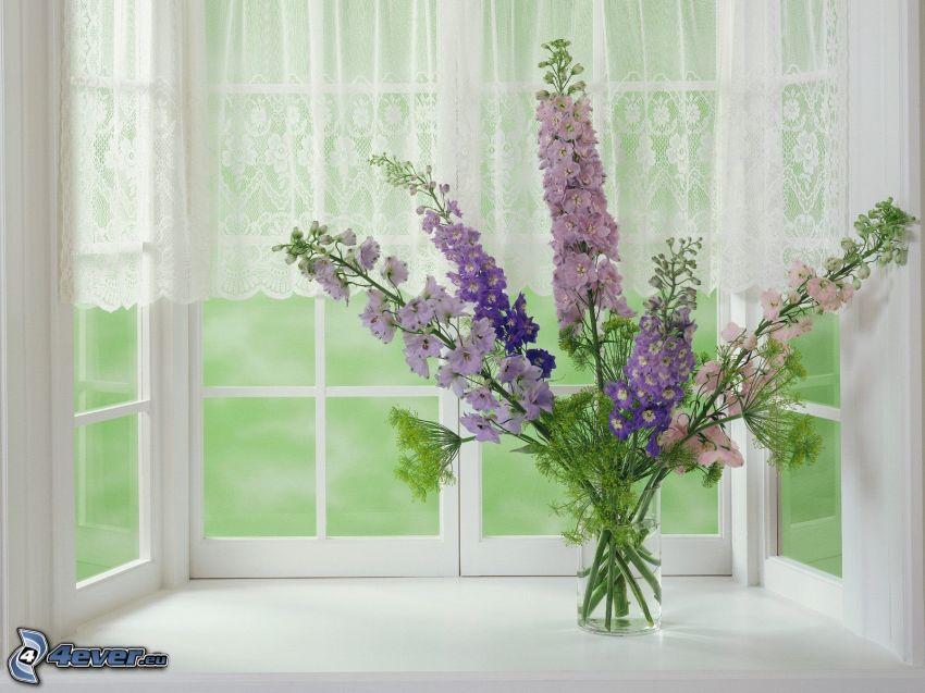 polne kwiaty w wazonie, okno