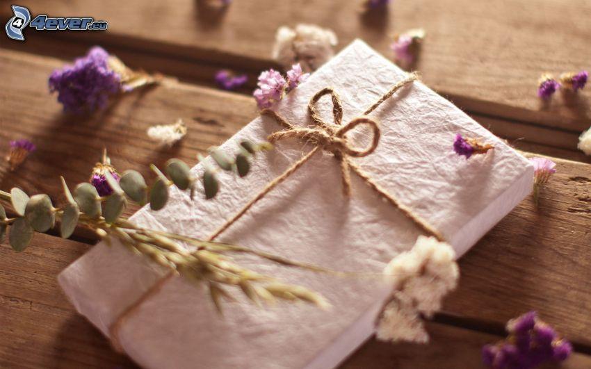 prezent, fioletowe kwiaty, drewno
