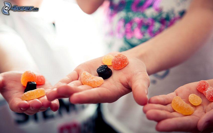 cukierki, żelki, ręce