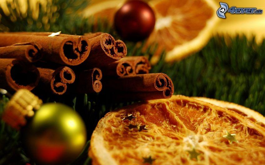 cynamon, suszone pomarańcze, bombka choinkowa