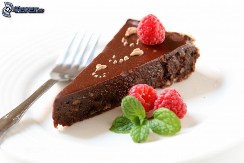 czekoladowy tort, kawałek tortu, maliny, mięta, widelec