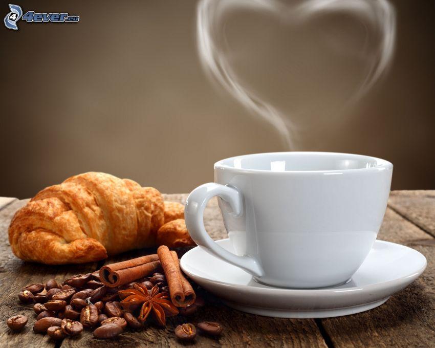 filiżanka kawy, serduszko, croissant, ziarna kawy, cynamon
