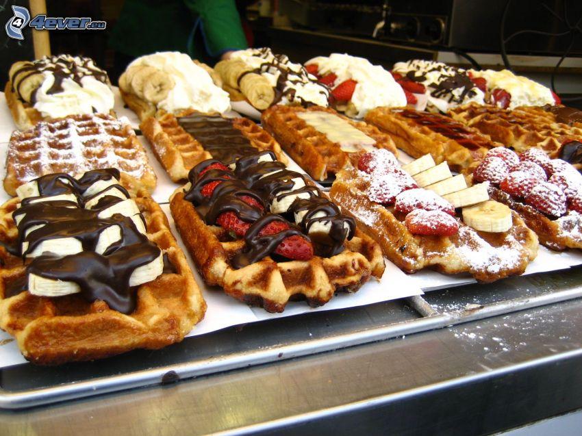 gofry, truskawki, banany, czarna i biała czekolada
