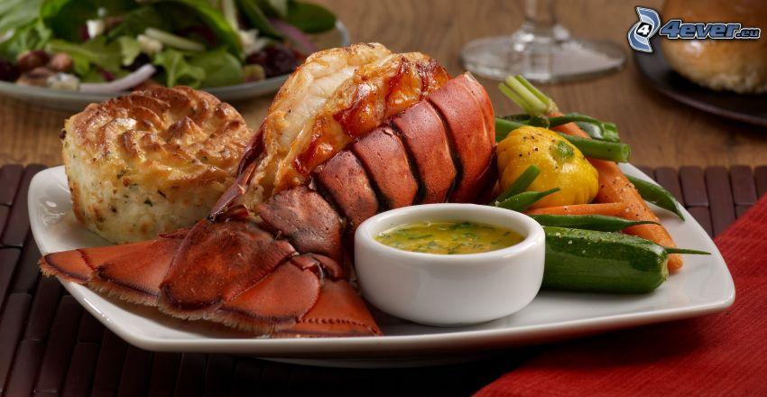 homar, sos, warzywa, pieczywo