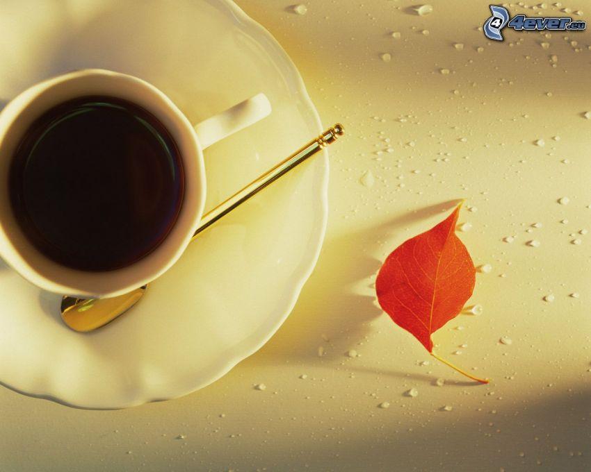kawa, łyżeczka, jesienny liść
