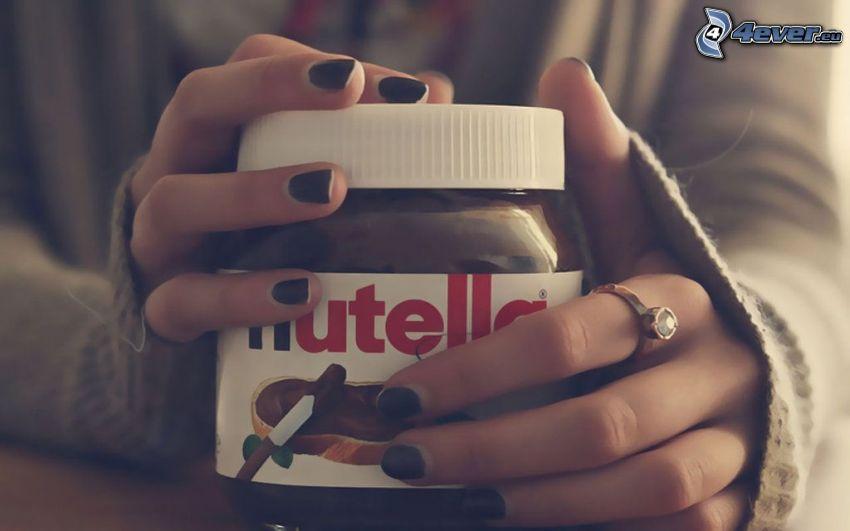 nutella, ręce, czarne paznokcie, pierścień